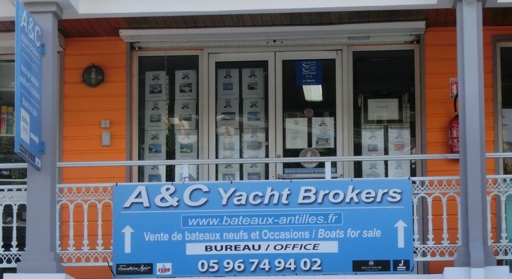 Vue sur le siège social d'A&C Yacht Brokers