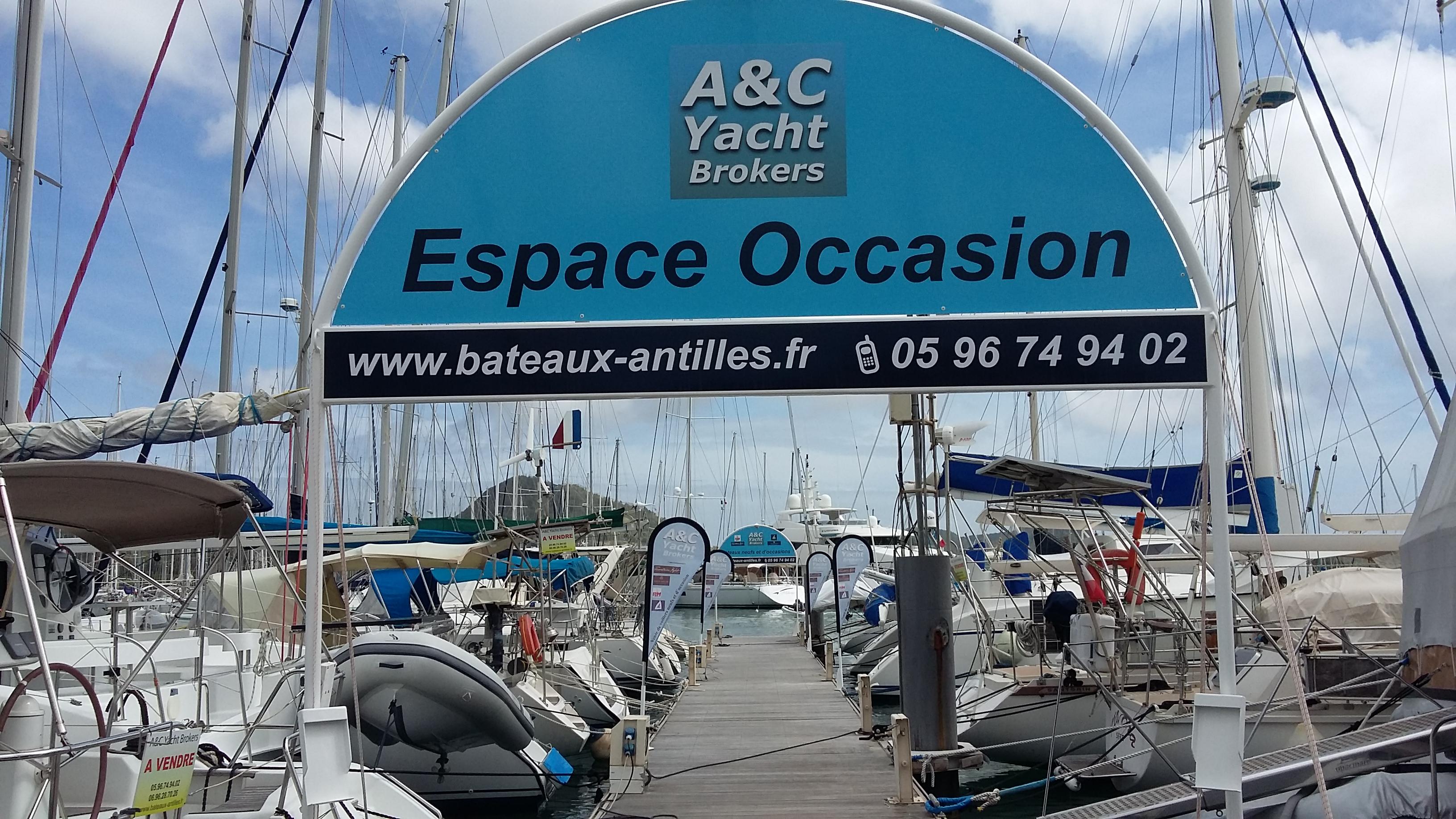 """Notre ponton """"espace occasion"""", où sont exposés nos bateaux"""