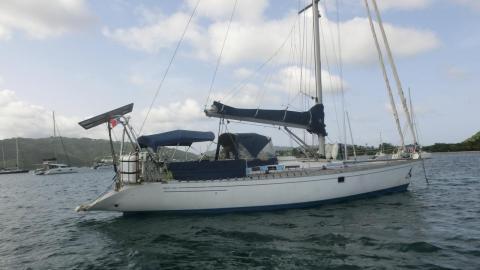 First 456: Au mouillage en Martinique
