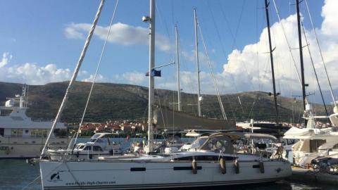 Jeanneau Yacht 57 : En marina