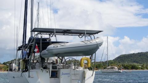 Oceanis 46: Panneaux solaire avec bossoir d'annexe